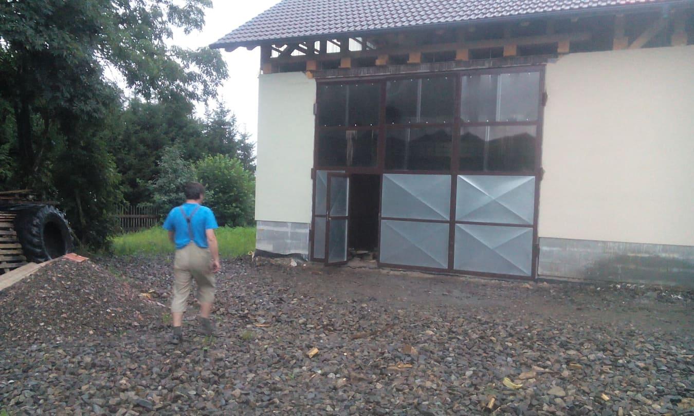 Trojkřídlá skládací vrata z polykarbonovými okny